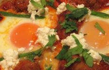 Huevo en salsa a la oaxaqueña